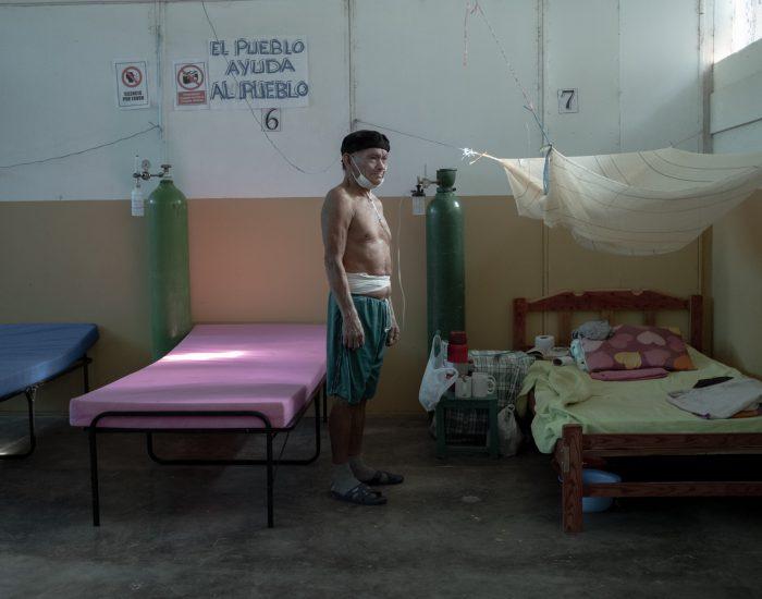 Demetrio Mera, anciano de la etnia cacataibo, de la Amazonía peruana, fue víctima de la covid-19. Demetrio dejó su comunidad y viajó en bote durante cinco horas hasta la ciudad de Pucallpa, ya que tenía los síntomas del nuevo coronavirus y apenas podía respirar. Llegó al Hospital Amazónico con la esperanza de ser atendido; sin embargo, nunca lo recibieron. Cuando se resignó a morir por falta de oxígeno, el Comando Matico, grupo de curanderos tradicionales shipibo-konibo, lo trató con plantas. Mientras que el jefe de su comunidad, Sinchi Roca, murió en las puertas del hospital, Demetrio sobrevivió a una fase muy avanzada de la enfermedad y quiso compartir su historia.