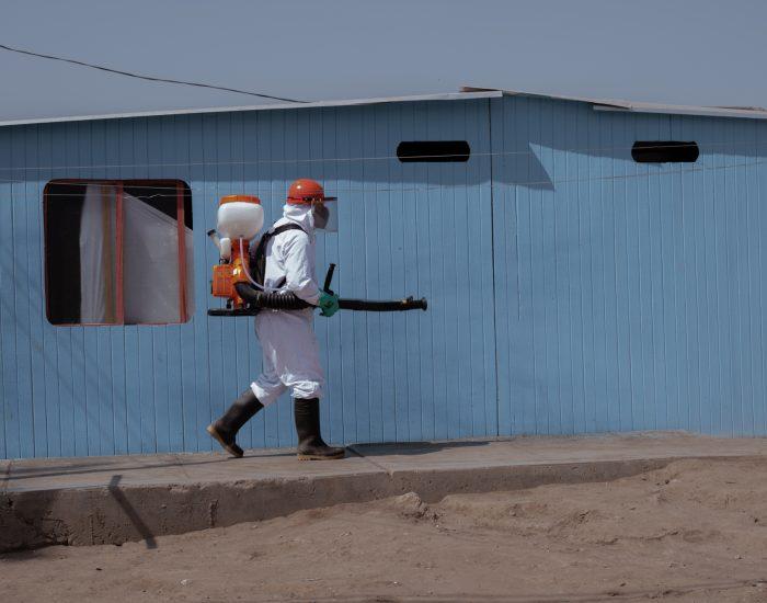 Un enfermero del Gobierno peruano desinfecta a la comunidad de Cantagallo, en Lima. El 12 de mayo del 2020, un equipo de doctores y enfermeros del Ministerio de Salud y Cultura llegaron a la comunidad indígena del centro de Lima, después de que fallecieran tres shipibo-konibo que presentaban síntomas de la covid-19. Desprovistos de medicinas, agua potable y comida, los shipibo-konibo sufrieron el abandono del Estado.