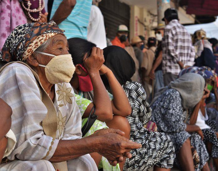 Adultos mayores de la etnia wayuu esperan en la calle para recibir el subsidio del programa Colombia Mayor. Las aglomeraciones, en medio de la pandemia, se presentaron en la zona bancaria del centro de Maicao, en La Guajira, al norte del país.
