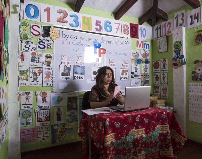 Violeta Proaño, de 53 años, es profesora de educación preparatoria básica para niños de 5 años en una escuela rural de Yaruquí, en Quito. Ha sido profesora durante veinte años. Desde la aparición de la covid-19, transformó una habitación de su casa en un aula didáctica para enseñar a sus alumnos en línea.