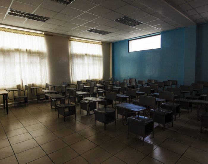 Aula vacía del Instituto Nacional Mejía, donde estudian más de mil estudiantes de secundaria y preparatoria. Las clases presenciales fueron suspendidas en los colegios y las escuelas de Ecuador.