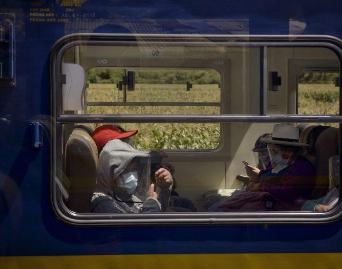 Reactivación de la ruta del tren que va a Machu Picchu, una de las más concurridas por los visitantes de la Llaqta Inka. Antes de la emergencia sanitaria, el tren contaba con tarifas diferenciadas para locales, nacionales y extranjeros. Sin embargo, durante la reapertura de los sitios arqueológicos hubo protestas por el incremento en los precios de Perú Rail e Inka Rail.